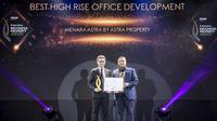 Momen pemberian penghargaan kepada Menara Astra dari ASTRA Property