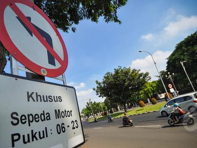 Pemprov DKI Jakarta merevisi aturan larangan sepeda motor melintas di Jalan MH Thamrim hingga Jalan Medan Merdeka Barat, Jakarta, Senin (6/4/2015). Pengendara sepeda motor diizinkan melintas mulai pukul 23.00 hingga 06.00 WIB. (Liputan6.com/Faizal Fanani)
