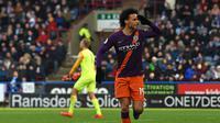 Selebrasi yang dilakukan oleh Leroy Sane usai menjebol gawang Huddersfield pada laga lanjutan Premier League yang berlangsung di stadion John Smith, Huddersfield, Minggu (20/1). Manchester City menang 3-0 atas Huddersfield. (AFP/Paul Ellis)