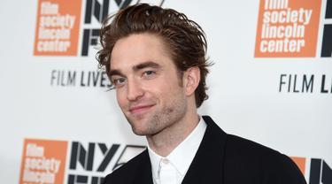Aktor asal Inggris, Robert Pattinson menghadiri premiere film HIGH LIFE dalam event New York Film Festival di New York City, Selasa (2/10). Robert Pattinson muncul dengan gaya nyentrik yang sukses mencuri perhatian. (Jamie McCarthy/Getty Images/AFP)