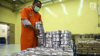 Petugas menata tumpukan uang kertas di Cash Center Bank BNI di Jakarta, Kamis (6/7). Nilai tukar rupiah terhadap dolar Amerika Serikat (USD) pada sesi I perdagangan hari ini masih tumbang di kisaran level Rp13.380/USD. (Liputan6.com/Angga Yuniar)