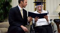 Seorang wanita lanjut usia tak kuasa menahan tangis saat diwisuda ketika umurnya mencapai 97 tahun. (Doc: USA Today)