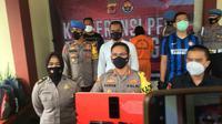 Polisi menangkap pelaku MN (56) warga Cikareo, Desa Gunung Mulya, Kecamatan Tenjolaya, Kabupaten Bogor ditangkap polisi. Pria yang berprofesi tukang ojek ini ditangkap lantaran menodongkan pistol kepada kurir ekspedisi. (Liputan6.com/Achmad Sudarno)