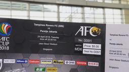 Mustopha menunjukan tiket yang dibelinya sebelum menyaksikan laga AFC Cup antara Tampines Rovers melawan Persija Jakarta di Stadion Jalan Besar, Singapura. (Bola.com/Mustopha)