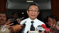 Kuasa hukum RJ Lino, Maqdir Ismail memberikan keterangan pers usai menjalani sidang praperadilan di Pengadilan Negeri Jakarta Selatan, Senin (11/1/2016). (Liputan6.com/Yoppy Renato)