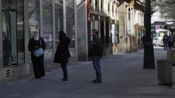 Sejumah orang menjaga jarak saat mengantre di depan toko di pusat Kota Praha, Republik Ceko, Senin (16/3/2020). Pemerintah Ceko membatasi aktivitas warganya untuk memperlambat penyebaran virus corona COVID-19 sekaligus menghindari lonjakan infeksi yang tidak terkendali. (AP Photo/Petr David Josek)