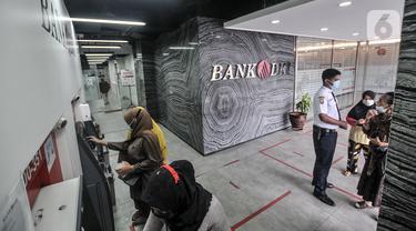 FOTO: Antrean Warga Cairkan BST di ATM Bank DKI