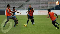 Tantan (kedua dari kiri) berusaha menembus kepungan pemain berompi pada latihan (Liputan6.com/Helmi Fithriansyah)
