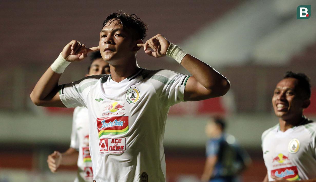 Selebrasi pemain PS Sleman, Saddam Emiruddin Gaffar usai menjebol gawang Persib Bandung dalam laga leg pertama semifinal Piala Menpora 2021 di Stadion Maguwoharjo, Sleman, Jumat (16/4/2021). (Bola.com/Ikhwan Yanuar)