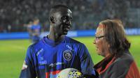 Cetak hattrick untuk Arema FC, Makan Konate menyimpan bola pertandingan Arema versus Badak Lampung FC. (Bola.com/Iwan Setiawan)