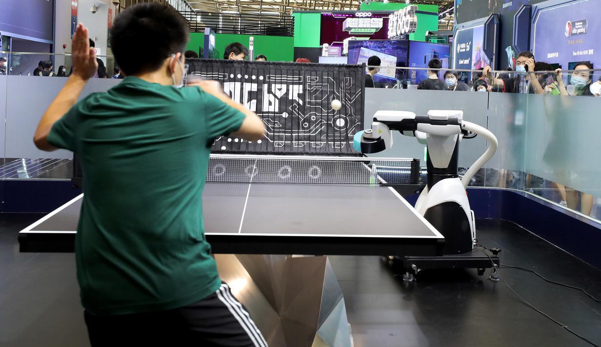 Seorang pengunjung bermain tenis meja dengan robot di ChinaJoy 2020 di Shanghai, China timur, pada 31 Juli 2020. Ajang permainan terbesar di Asia, ChinaJoy atau dikenal sebagai China Digital Entertainment Expo and Conference, dimulai pada Jumat (31/7) di Shanghai. (Xinhua/Fang Zhe)