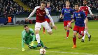 Aaron Ramsey mengecoh kiper CSKA Moscow dan mencetak gol pada leg kedua Liga Europa di CSKA Arena, Russia, (12/3/2018). Arsenal lolos ke Semifinal dengan agregat gol 6-3. (AP/Alexander Zemlianichenko)