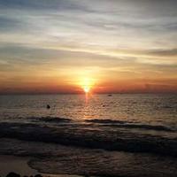 Menikmati matahari tenggelam di Pantai Tanjung Bayang, salah satu objek wisata cukup terkenal di Kota Makassar, Sulsel. (Liputan6.com/Eka Hakim)