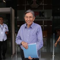 Mantan Menteri Koordinator Ekonomi Kwik Kian Gie keluar dari Gedung KPK usai diperiksa di Jakarta, Selasa (6/6). (Liputan6.com/Helmi Afandi)