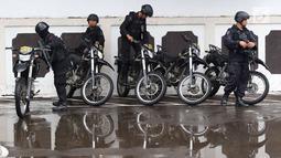 Sejumlah polisi berkendara motor disiagakan pada sidang pembelaan terdakwa kasus bom Thamrin, Aman Abdurrahman di PN Jakarta Selatan, Jumat (25/5). Penjagaan ketat di sekitar pengadilan hingga ruang persidangan digelar. (Liputan6.com/Immanuel Antonius)