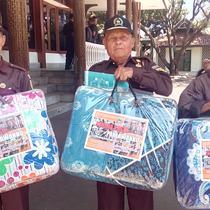 Para veteran Garut nampak bungah setelah mendapatkan satu tas selimut dan uang kadeudeuh dari Pemda Garut selepas upacara Dirgahayu Kemerdekaan ke 74 Indonesia (Liputan6.com/Jayadi Supriadin)