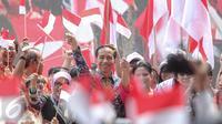 Presiden Jokowi dan Ibu Negara Iriana Widodo berfoto bersama dengan anak-anak pada acara puncak Peringatan Hari Anak Nasional di Istana Bogor, Jawa Barat, Selasa (11/8/2015). (Liputan6.com/Faizal Fanani)