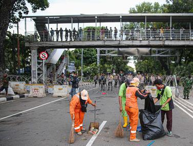 Aksi Cepat Petugas Kebersihan Bersihkan Sisa Sampah Unjuk Rasa