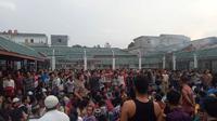 Ratusan napi dikumpulkan di lapangan Rutan Siak dan berdialog dengan polisi. (Liputan6.com/M Syukur)