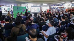 Petugas Kementerian Perdagangan, Kementerian Perindustrian, serta Kementerian Komunikasi dan Informatika memberikan sosialisasi terkait aturan IMEI kepada pedagang handphone di ITC Roxy Mas, Jakarta, Selasa (26/11/2019). (Liputan6.com/Faizal Fanani)
