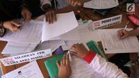 Kesibukan petugas PPS Kelurahan Menteng saat mengecek Daftar Pemilih Tetap (DPT) di Kelurahan Menteng, Jakarta, Rabu (17/10). Kegiatan tersebut merupakan bagian dari program Gerakan Melindungi Hak Pilih (GMHP). (Merdeka.com/Imam Buhori)