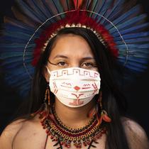 Samela (23) dari kelompok etnis pribumi Sateré Mawé mengenakan pakaian tradisional sukunya dan masker saat pandemi virus corona COVID-19 di Manaus, Brasil, Rabu (27/5/2020). Ibu Samela, Sonia Vilacio pulih dari gejala mirip COVID-19 menggunakan obat alami di rumah. (AP Photo/Felipe Dana)