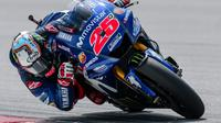 Pebalap Movistar Yamaha, Maverick Vinales, mengaku sengaja tak menggunakan sasis baru pada hari pertama tes MotoGP 2018 karena ingin menguji sejumlah instrumen di motor barunya. (AFP/Mohd Rasfan)