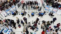 Wisatawan mengantre untuk melewati pos pemeriksaan keamanan di Bandara Internasional John F. Kennedy, New York, Rabu (21/11). Masyarakat Amerika mulai bergegas pulang ke kampung halamannya alias mudik untuk merayakan Thanksgiving Day. (AP/Mark Lennihan)