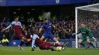 Pemain Chelsea, Olivier Giroud, mendapat peluang untuk mencetak gol saat laga melawan West Ham United. (AFP/Ian Kington)