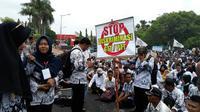 Fathur, seorang Guru Tidak Tetap (GTT), dari Kecamatan Balung Kabupaten Jember, mengaku sudah 6 bulan belum menerima honor. (Liputan6.com/ Dian Kurniawan)