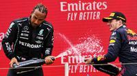 Pembalap Max Verstappen (kanan) melakukan selebrasi bersama Lewis Hamilton usai memenangkan F1 GP Prancis di Sirkuit Paul Ricard, Le Castellet, Prancis, Minggu (20/6/2021). Max Verstappen tercepat di F1 GP Prancis. (Nicolas Tucat/Pool via AP)