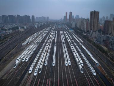 Foto udara menunjukkan kereta terparkir di Wuhan, Provinsi Hubei, China tengah (10/2/2020). Demi mengendalikan penyebaran wabah pneumonia coronavirus baru (novel coronavirus pneumonia/NCP), kereta keberangkatan dan kedatangan di Provinsi Hubei ditangguhkan atau dijadwalkan ulang. (Xinhua/Xiao Yijiu)