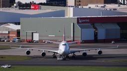 Pesawat penumpang jumbo Boeing 747 terakhir milik maskapai nasional Australia Qantas bersiap untuk lepas landas di Sydney, Australia, Rabu (22/7/2020). Dengan mengudaranya penerbangan QF7474, Boeing 747 resmi dipensiunkan dari Qantas. (Xinhua/Bai Xuefei)