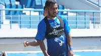Bek sayap Persib Bandung Ardi Idrus meminta rekan satu timnya fokus jelang laga kandang melawan Persebaya Surabaya di Bali. (Liputan6.com/Huyogo Simbolon)