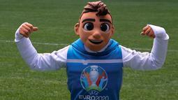 Skillzy, maskot resmi Piala Eropa 2020 berpose saat presentasi di Stadion Saint Petersburg, Rusia (27/3). Kota Saint Petersburg akan menyelenggarakan empat pertandingan termasuk pertandingan perempat final selama UEFA Euro 2020. (Reuters/Anton Vaganov)