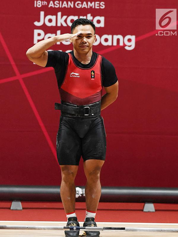 Lifter Indonesia Eko Yuli Irawan memberi hormat setelah melakukan angkatan