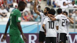 Para pemain Mesir merayakan gol yang dicetak Mohamed Salah ke gawang Arab Saudi pada laga grup A Piala Dunia di Volgograd Arena, Volgograd, Senin (25/6/2018). Arab Saudi menang 2-1 atas Mesir. (AP/Darko Vojinovic)