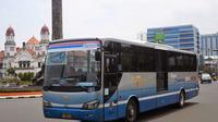 Sebuah BRT Trans Semarang tengah melintas di kawasan Tugu Muda dan Lawang Sewu Semarang. (foto : Liputan6.com / edhie prayitno ige)