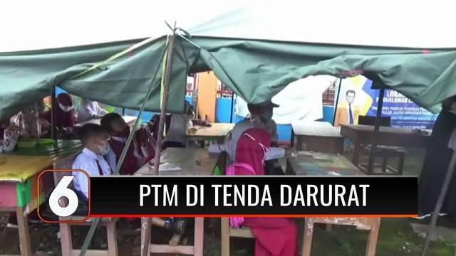 Ratusan siswa SD di Mamuju menggelar belajar tatap muka di tenda darurat lantaran sekolah mereka hancur usai diguncang gempa. Para siswa mengaku kesulitan konsentrasi karena tidak nyaman, tidak satupun tenda memiliki AC atau kipas.