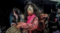 Pemain Topeng Labu sedang berkeliling di Desa Muarajambi, Kecamatan Maro Sebo, Kabupaten Muaro Jambi. Tradisi Topeng Labu berasal dari legenda wabah penyakit kusta di desa tersebut. (Liputan6.com / Borju untuk Gresi Plasmanto)
