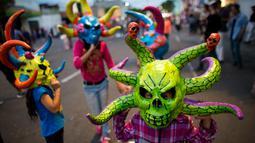 Sejumlah anak-anak mengenakan topeng saat perayaan pembakaran Yudas di Mexico City, Meksiko (15/4). (AP Photo/Rebecca Blackwell)