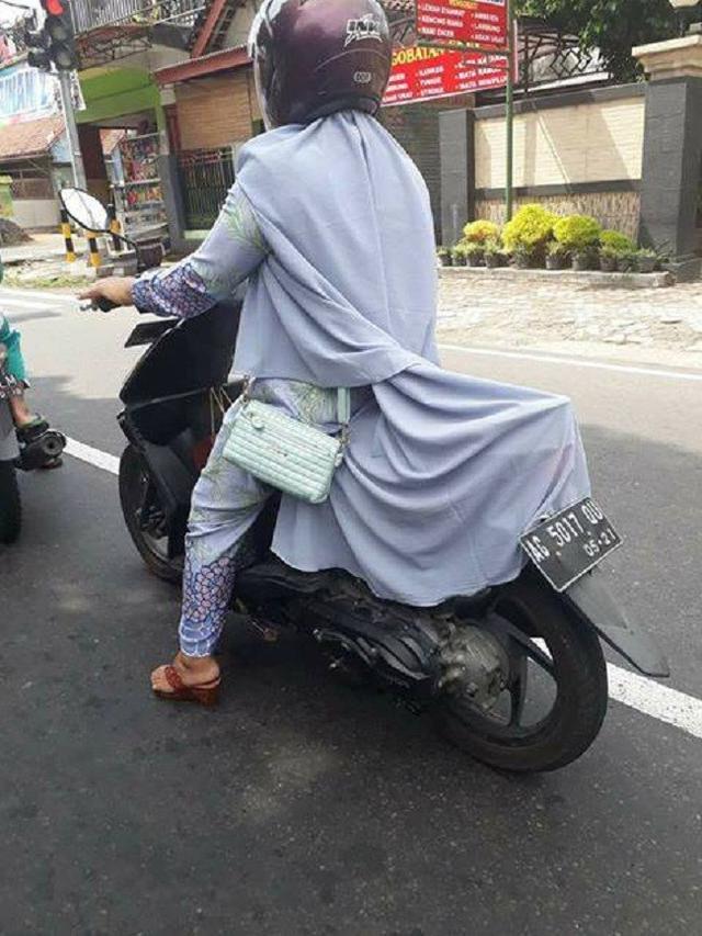 Tingkah Kocak Emak-Emak Saat di Jalan, Bikin Tepok Jidat