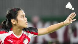 Gregoria Mariska Tunjung meraih kemenangan atas wakil Myanmar, Thet Htar Thuzar, dalam pertandingan yang berlangsung di Musashino Forest Sport Plaza, Jepang, Minggu (25/7/2021). (Foto: AP/Markus Schreiber)