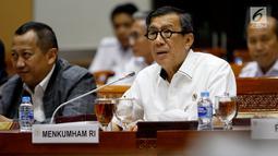 Menteri Hukum dan HAM Yasonna Laoly saat mengikuti rapat kerja dengan Komisi III DPR, di Kompleks Parlemen Senayan, Jakarta, Kamis (13/6). Raker membahas pendahuluan RKA-KL dan Rencana Kerja Pemerintah (RKP) Kementerian Hukum dan HAM tahun 2020. (Liputan6.com/Johan Tallo)