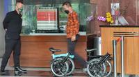 Dua unit sepeda merk Brompton diserahkan Yogas, operator anggota DPR Fraksi PDIP Ihsan Yunus ke KPK. (Foto:Liputan6/Fachrur Rozie)