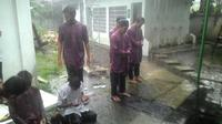 Meskipun hujan deras, santri Garut tetap melangsungkan shalat berjamaah (Liputan6.com/Jayadi Supriadin)