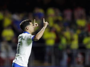 Gelandang Brasil, Phlippe Coutinho berselebrasi usai mencetak gol ke gawang Bolivia pada pertandingan grup A Piala Copa America 2019 di stadion Morumbi di Sao Paulo, Brasil (14/6/2019). Coutinho mencetak dua gol dan mengantar Brasil menang 3-0 atas Bolivia. (AP Photo/Andre Penner)