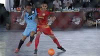 Pemain Merah Jaya berebut bola dengan pemain Spirit F4C pada Super Soccer Futsal Battle di Lapangan Blok S, Jakarta, Sabtu (15/9/2018). Sebanyak 32 tim yang berlaga merupakan tim yang lolos dari babak eliminasi. (Bola.com/M Iqbal Ichsan)