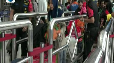 Kepadatan pemudik sudah terlihat mulai dari halaman stasiun, antrean cek tiket hingga ke peron naik kereta sejak pagi tadi.