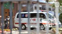 Mobil ambulans Dinkes Kota Depok tiba di ruang isolasi Gedung Mawar RSPI Prof. Dr. Sulianti Saroso, Jakarta, Senin (2/3/2020). Mobil ambulans Dinkes Kota Depok  yang diketahui membawa kerabat dari dua warga Depok yang positif Corona untuk diperiksa secara intensif. (merdeka.com/Iqbal S. Nugroho)